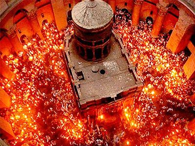 Площадь Храма заполненная паломниками со свечами