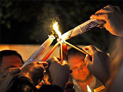 Паломники делятся Благодатным огнём