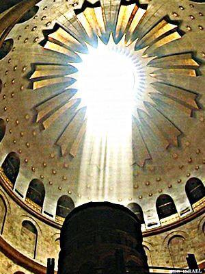 Луч солнца проникафющий через купол Кувуклии после Схождения Блан огня